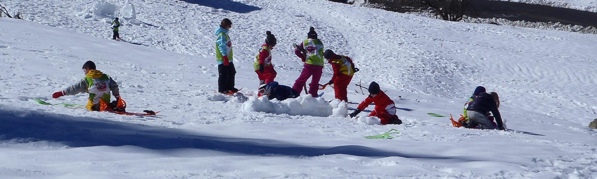 raquettes à neige enfants - construction d'igloo et jeux - La Mongie - Pyrenees